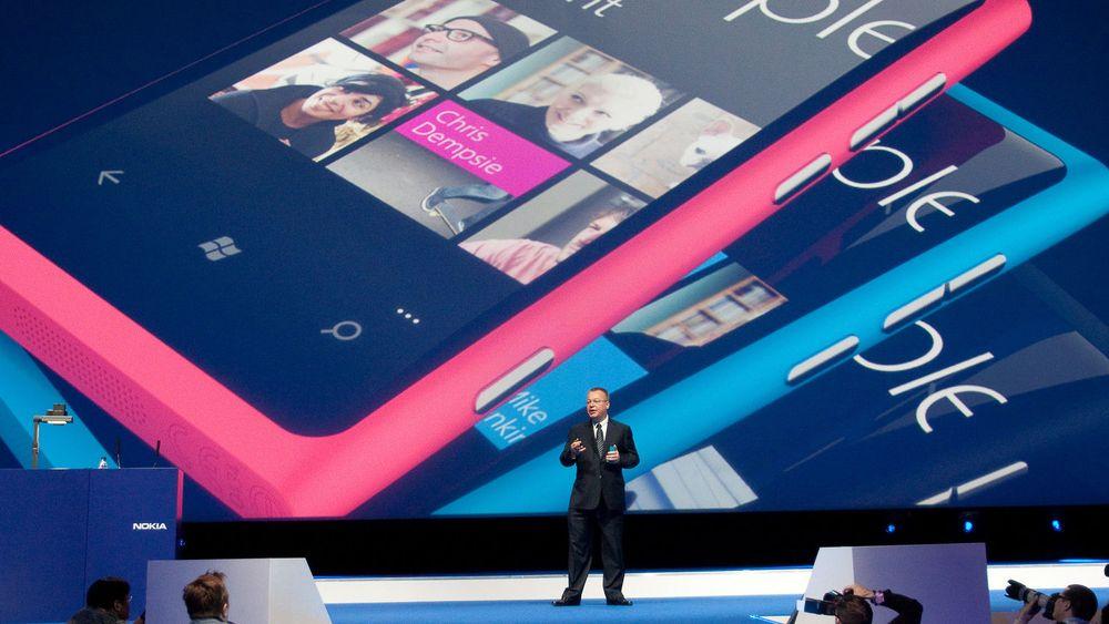 Nokias toppsjef er neppe fornøyd med analytikernes siste spådommer. Her presenterer Stephen Elop flaggskipet Lumia 800 på en seanse i London for en snau måned siden.