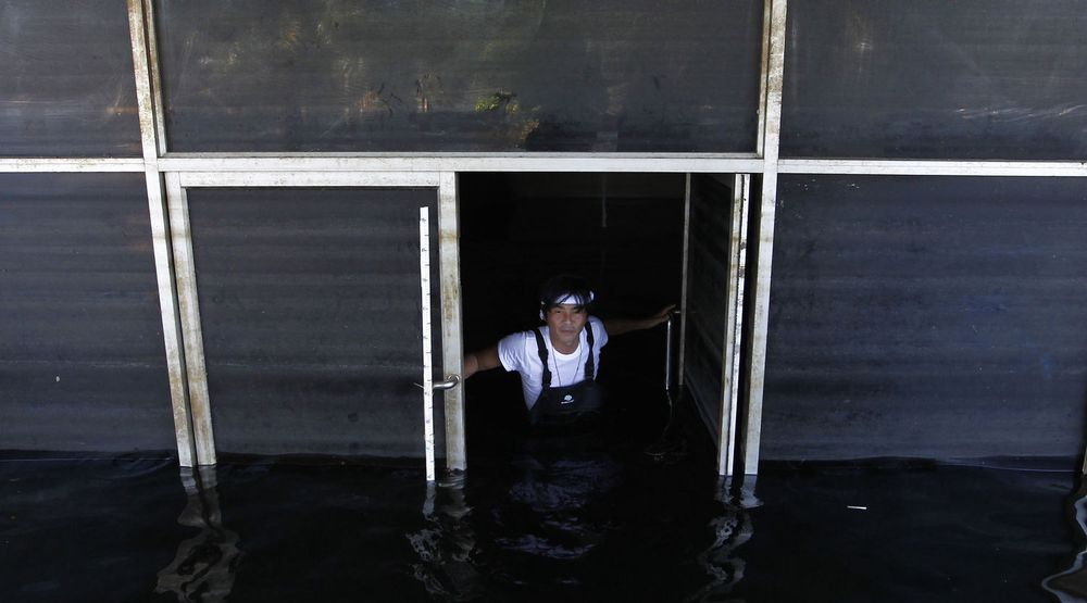 Flommen i Thailand skaper store problemer i harddisk-markedet. Bildet er fra en fabrikk i Ayutthaya, tatt i slutten av november.