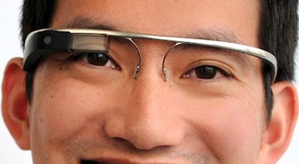 Skjermen på disse Project Glass-brillene er tilsynelatende gjennomsiktig og dekker bare delvis synsfeltet til brukerens ene øye.