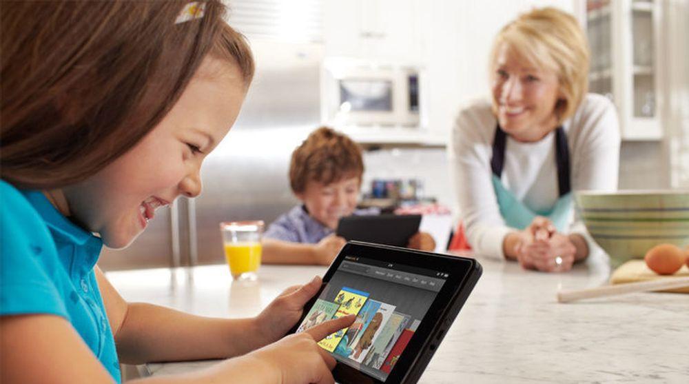Nettbrett brer stadig om seg etter suksessen med iPad. Men Googles Android har ikke klart å få et fotfeste i dette markedet. Nå gjør søkegiganten et nytt forsøk. Bildet er av en ung jente med en Amazon Kindle Fire. Den baserer seg på en spesialskrevet versjon av Android, men er løst opp til Amazons eget system.
