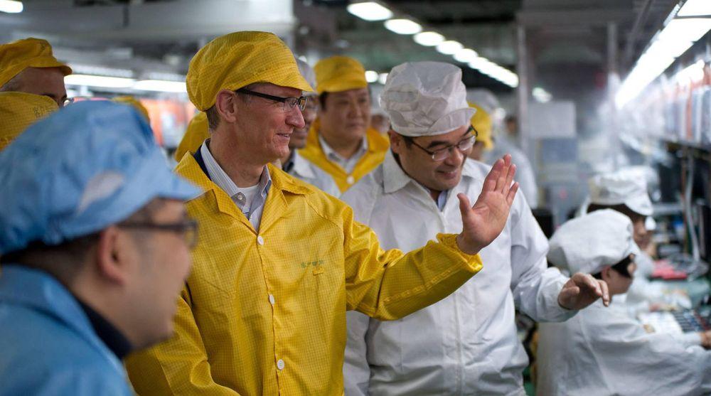 På sin første tur til Kina besøkte Apples toppsjef, Tim Cook, en av fabrikkene til Foxconn som setter sammen flere av selskapets produkter. Bildet er tatt onsdag, og delt ut til bildebyrået Reuters. Ingen journalister var med på omvisningen.