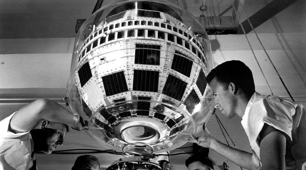 Telstar 1-satellitten monteres på toppen av Thor-Delta-raketten.