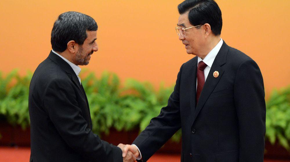 Irans president Mahmoud Ahmadinejad hilste på Kinas president Hu Jintao under et asiatisk toppmøte i Beijing 7. juni. Ifølge FBI har den kinesiske teleleverandøren ulovlig eksportert amerikansk teknologi til Iran.