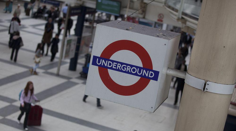 Passasjerer passerer under et London Underground-skilt ved Liverpool Street-stasjonen i London den 7. juni 2012. Det blir nok mer trangt om plassen når London 2012 starter den 27. juli.