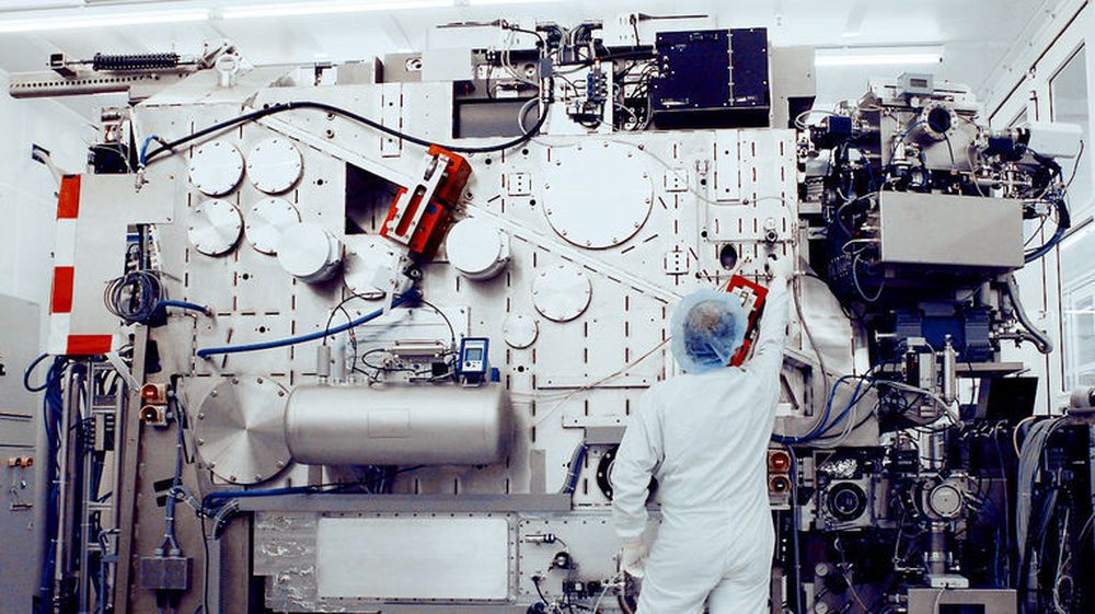 ASML har arbeidet med EUV, nestegenerasjons fotolitografi, i mange år. Hvorvidt Moores lov fortsetter å gjelde i årene framover, er avhengig av at ASML får skikk på EUV-fotolitografi for silisiumskiver med en diameter på 450 millimeter. Intels milliardinvestering i ASML tar sikte på å framskynde utviklingen med to år i forhold til dagens tidsplan, fra 2020 til 2018.