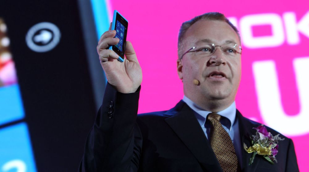 Det kommer en ny Windows 8-mobil snart, sier Nokias toppsjef Stephen Elop, som samtidig forsikrer at de skal stå løpet ut med Microsoft.
