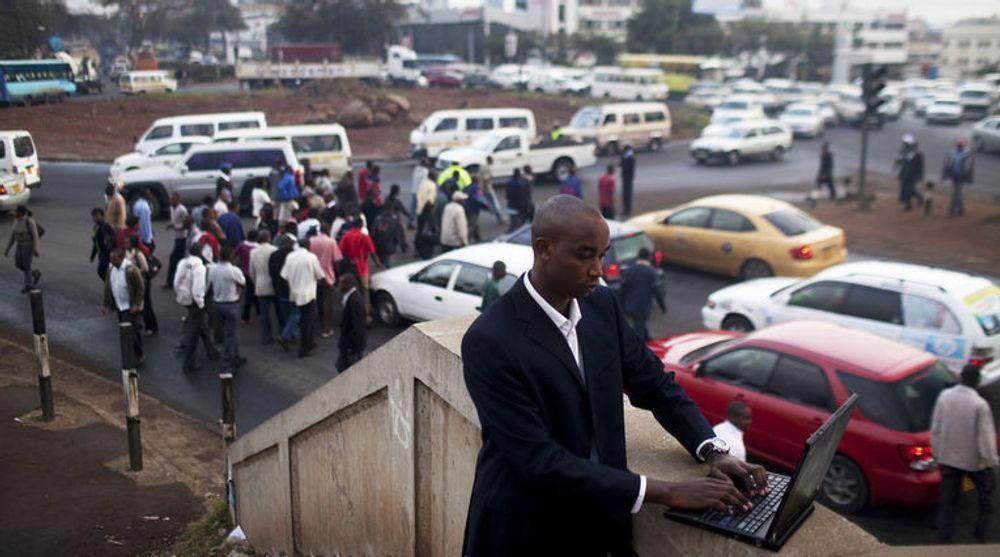 IBMs første forskningssenter i Afrika er åpnet. Bildet viser IBM-konsulent Shadrack Kioko mens han samler inn data om veiforhold og trafikkaos i Nairobi.