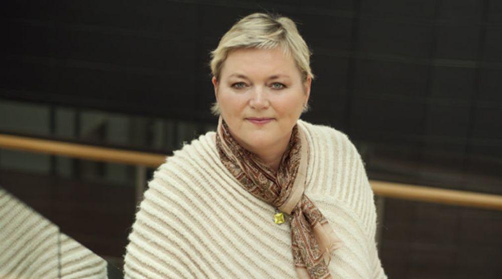 Kommunikasjonsdirektør Anne-Mette Hjelle i Siftelses- og lotteritilsynet varsler at de vil gå gjennom Facebooks gambling-tilbud til britiske brukere.