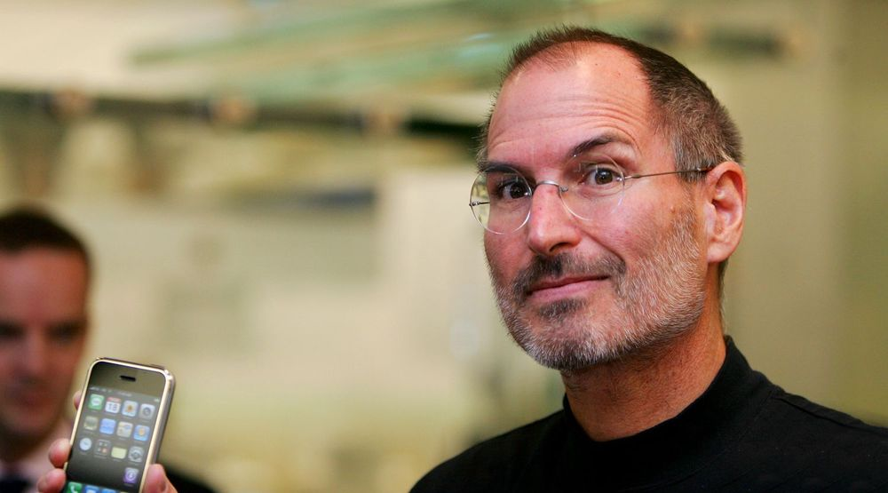 Steve Jobs viser frem iPhone under et arrangement i London i 2007. Telefonen tok markedet med storm og ble en stor suksess. Apple hevder nå at Samsung har rappet mange av løsningene de utviklet for telefonen.