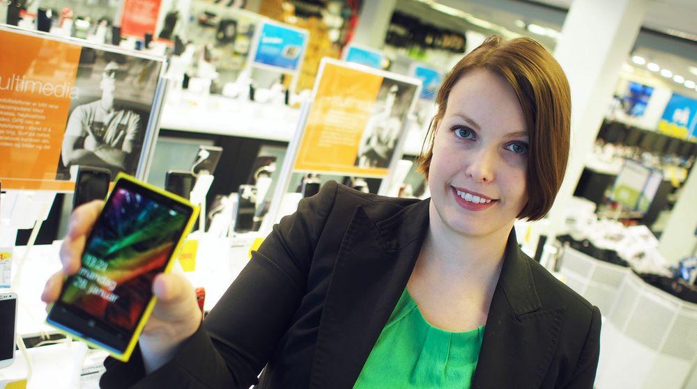 Marte Ottemo i Stiftelsen Elektronikkbransjen poserer med en Nokia-smarttelefon. Salget av denne type telefoner reddet omsetningsveksten for norske el-forhandlere i 2012.