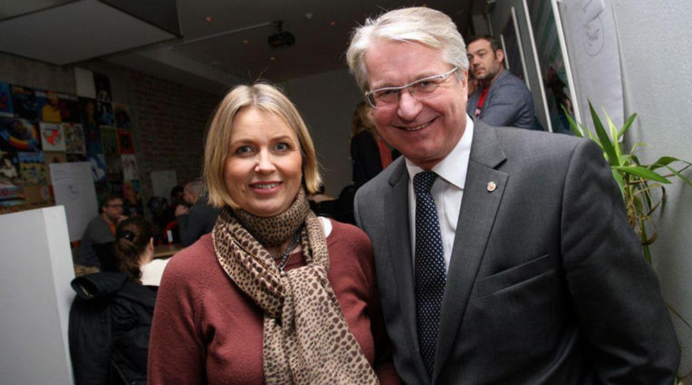 Finansbyråd Kristin Vinje og ordfører Fabian Stang. - Tenk hva som vil finnes av teknologi når dere blir like gamle som meg! sa ordføreren til ungdommene.