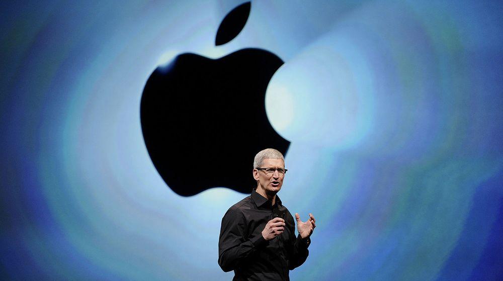 Apple, med toppsjef Tim Cook i spissen, er ikke lengre verdens største selskap målt i markedsverdi. På dagen ett år etter at de gikk forbi oljegiganten ExxonMobile må de se seg slått. Labre forventinger til fremtidig inntjeningsvekst er årsaken.