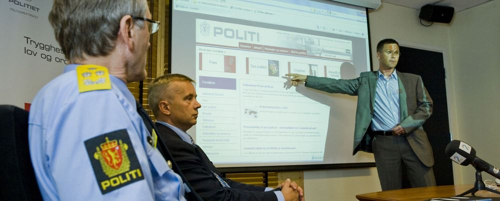 Kommunikasjonssjef Svein Holtan i Politidirektoratet er fornøyd med nye politi.no. Her demonstrerer han løsningen for justisminister Knut Storberget.
