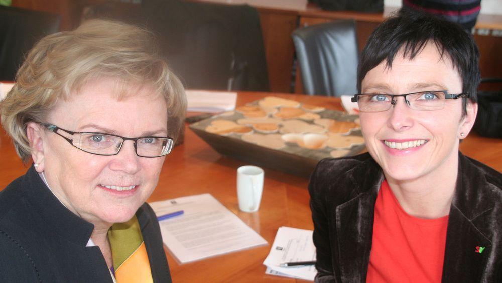 Kommunalminister Magnhild Meltveit Kleppa og IT-minister Heidi Grande Røys spleiser på bedre bredbånd til distrikt-norge.