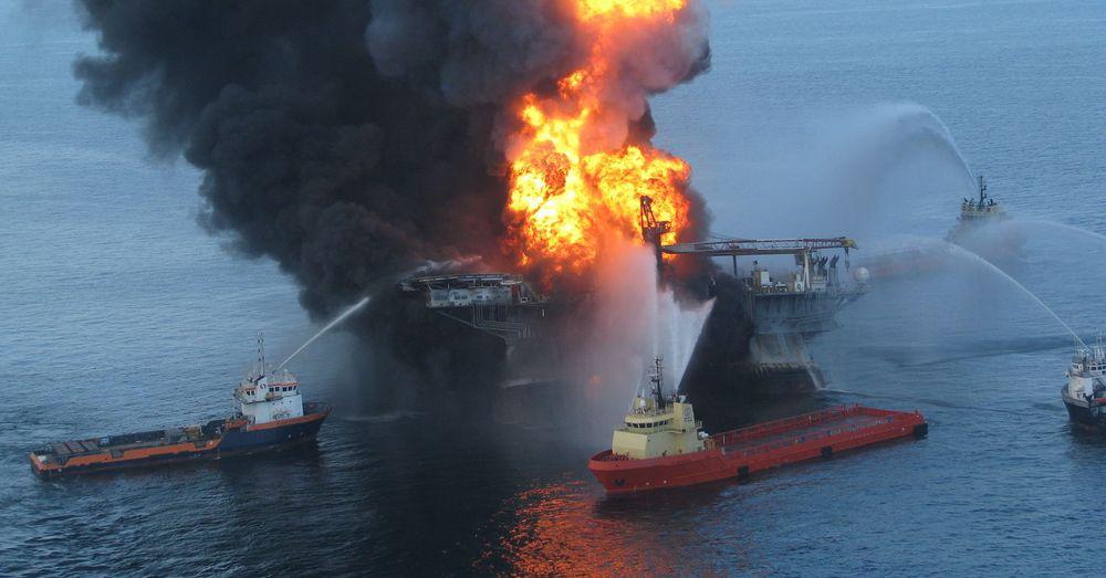 Kystvakten forsøker å slukke restene av oljeriggen Deepwater Horizon etter den katastrofale eksplosjonen.