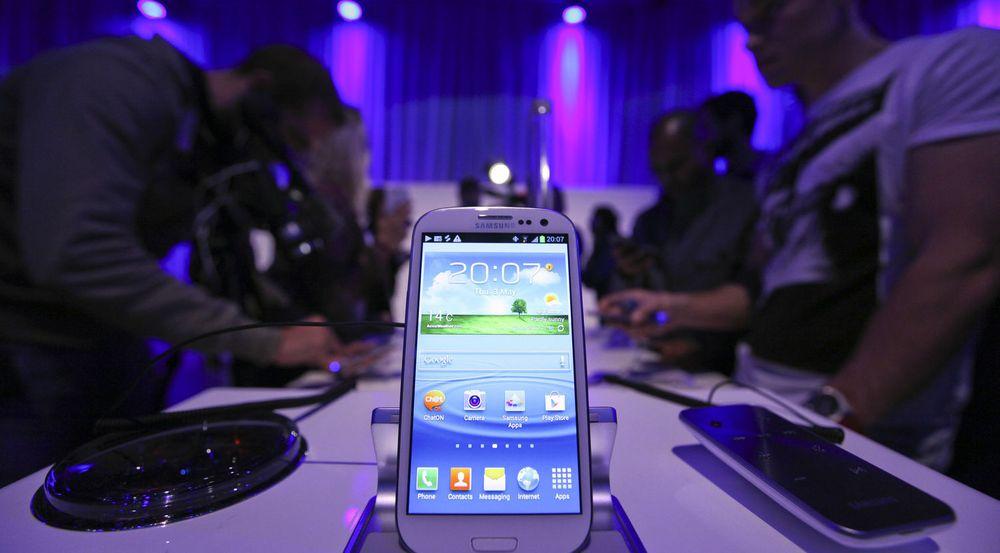 Samsungs nyeste flaggskip, Galaxy SIII, ble lansert i mai. Konkurransen mellom Samsung og Apple uttrykker seg også i form av 30 søksmål fordelt på ti land, der begge hevder at motparten har kopiert produkter og brutt patenter.