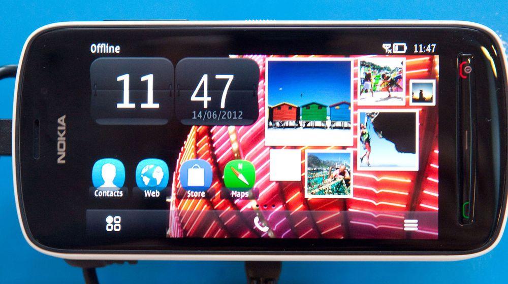 Nokia Pureview fotografert i en butikk i Helsinki. Analytikere tror ikke den varslede nebemanningen vil redde selskapet, man kanskje heller påskynde eksekveringen av dødsdommen.