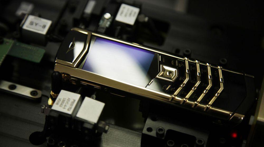 En Vertu Signature-telefon i gull settes sammen på fabrikken i England. Prisen på denne telefonen er ikke kjent, men snittprisen på Vertus telefoner er på rundt 40.0000 kroner. Nå har Nokia solgt selskapet til oppkjøpsfondet som eier Ventelo i Norge.