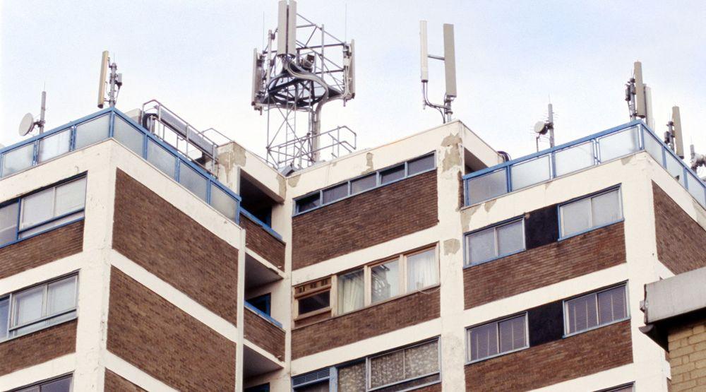 Utplassering av mobilmaster på hustak har skapt kontrovers også i andre land. Enkelte hevder at strålingen kan gi helseplager. Her fra en installasjon ved Finsbury Park i London.