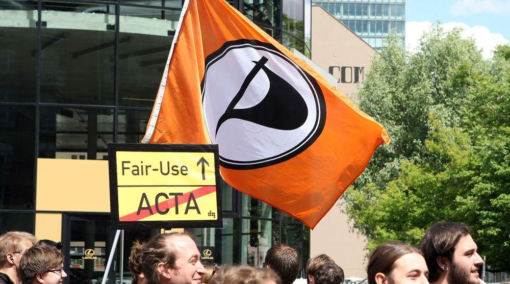 Piratpartiet forsøker seg i Norge, men trenger underskrifter. Selv om du ikke vil stemme på partiet bør du kunne gi en signatur, mener digi.nos redaktør Sigvald Sveinbjørnsson i denne kommentaren. Bildet er fra en demonstrasjon i Tyskland tidligere i sommer. Der ble Piratpartiets flagg tonet i kampen mot Acta.