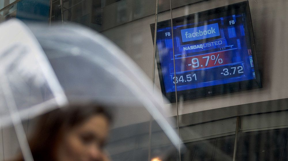 Det var ikke bare regnet som falt over Wall Street i går: Facebook-aksjen raste til godt under IPO-verdien på 38 dollar. Da handledagen var slutt, var fallet 11 prosent.