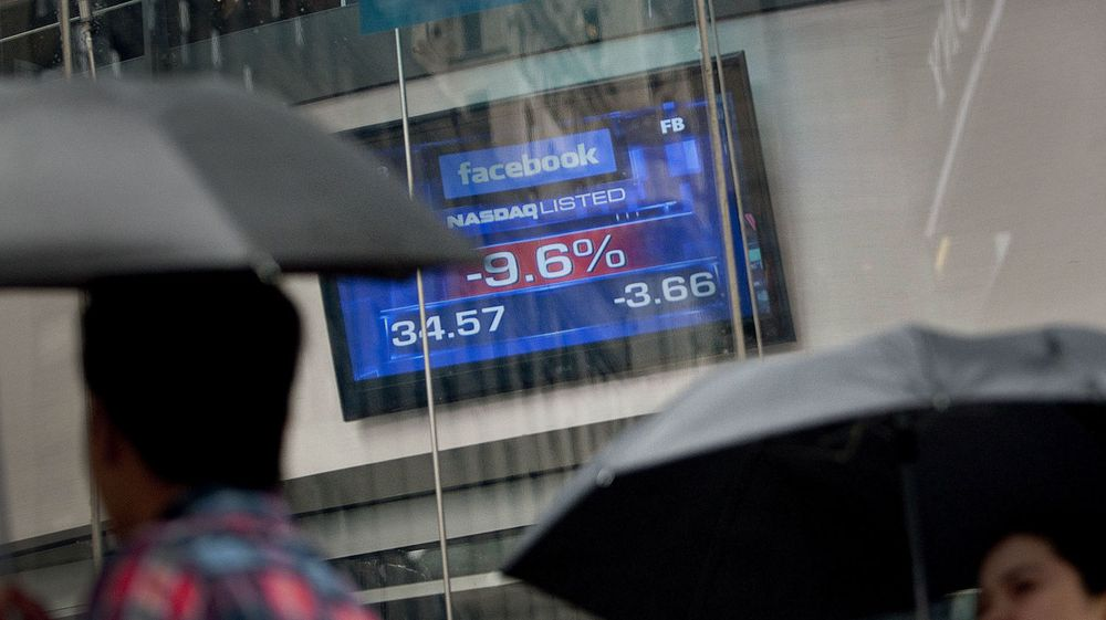 Det regnet på Wall Street i går, og med regnet falt også Facebook-aksjen, til godt under IPO-kursen på 38 dollar.