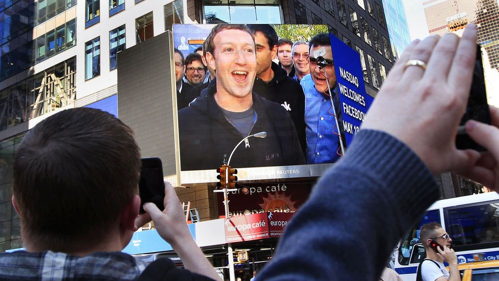 Mark Zuckerberg (på storskjerm i New York - direkte fra Facebooks hovedkvarter i California fredag ettermiddag norsk tid) jubler over den historiske børsnoteringen. Men få av investorene hadde grunn til å juble. Aksjen endte marginalt over emisjonskursen på sin første handelsdag - og skuffet garantert en rekke investorer som håpet på en kjapp gevinst.