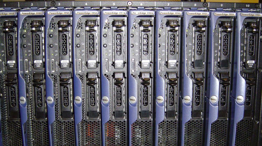 Fra rack med Dell bladservere. Med den kommende mikroserveren kan ytelsen per rack dobles: Prosessoren blir kraftigere, og serverne blir mindre.