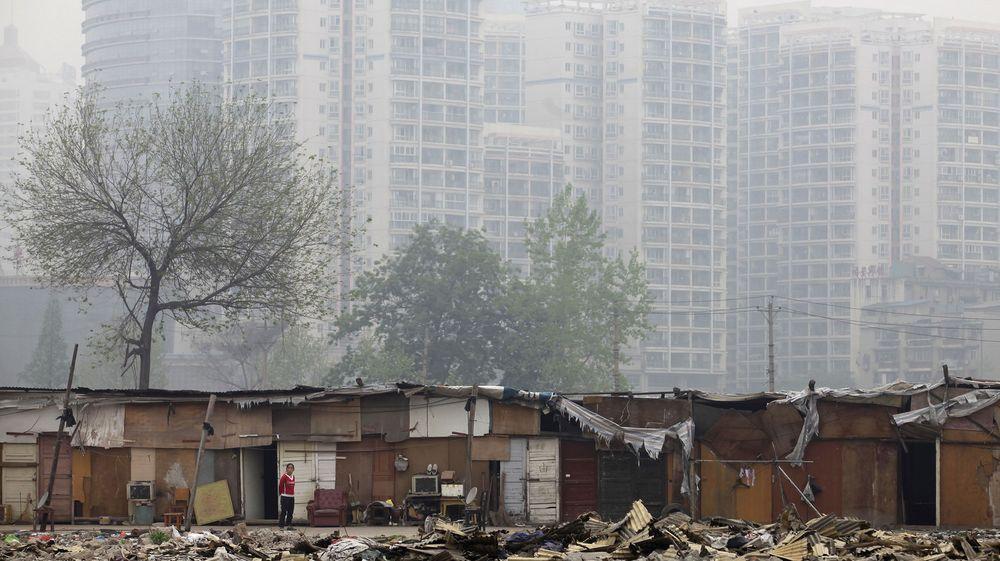 Det er et stort spenn i boforholdene i industribyen Wuhan i Hubei-provinsen, der Lenovo skal bygge et nytt senter for smartmobiler og nettbrett. Bildet er tatt 18. april i år.