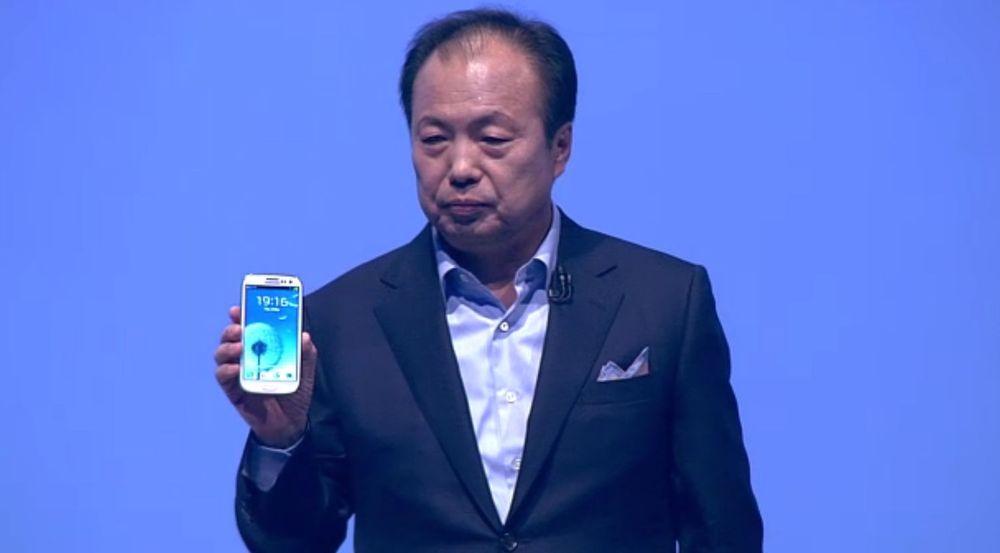 Mobilsjefen i Samsung, J.K. Shin, viser fram Galaxy S III for første gang.