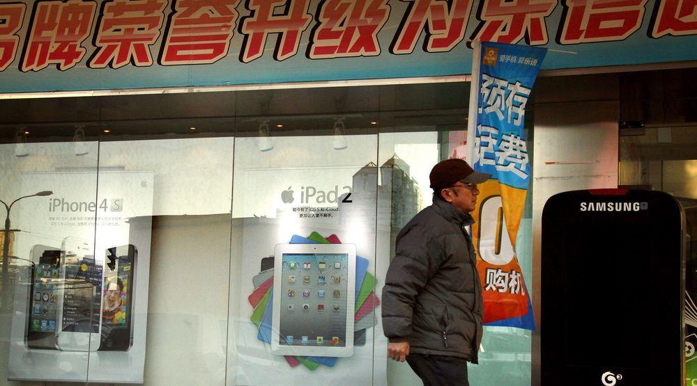 Salget av smarttelefoner går strykende i det kinesiske markedet, som i årets første kvartal dundret forbi det amerikanske. Bildet er fra Beijing i februar.