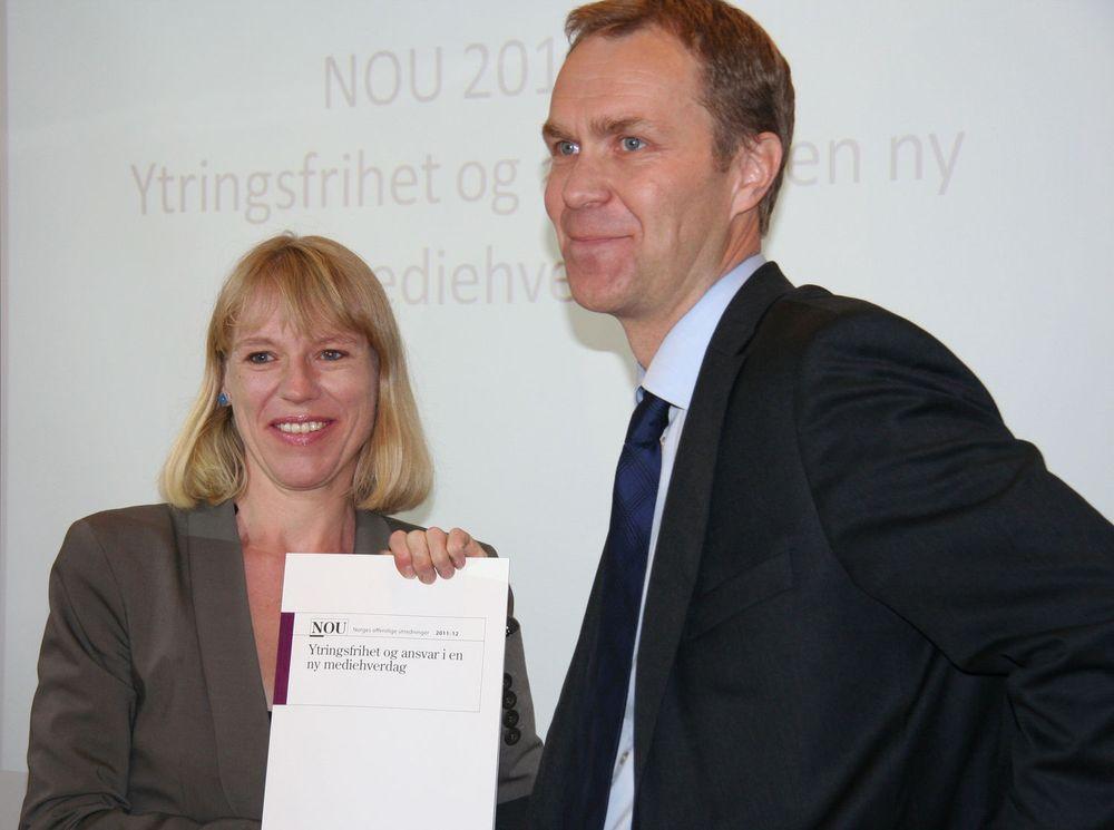 Statsråd Anniken Huitfeldt mottar NOU 2011:12,  Ytringsfrihet og ansvar i en ny mediehverdag, fra advokat Helge Olav Bergan, leder av Medieansvarsutvalget.