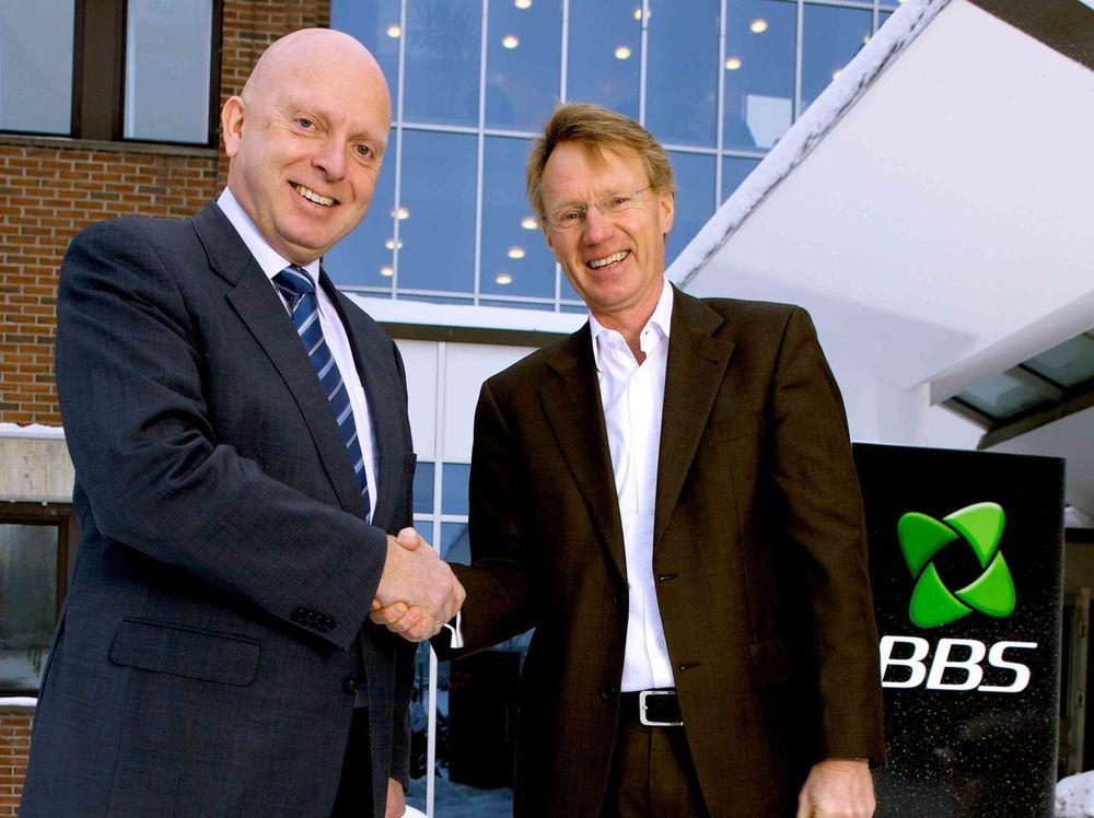Kjell-Erik Tenold (t.v) i Fujitsu og adm. dir. Ola Forberg i BBS gratulerer hverandre med kontrakt til 170 millioner kroner.