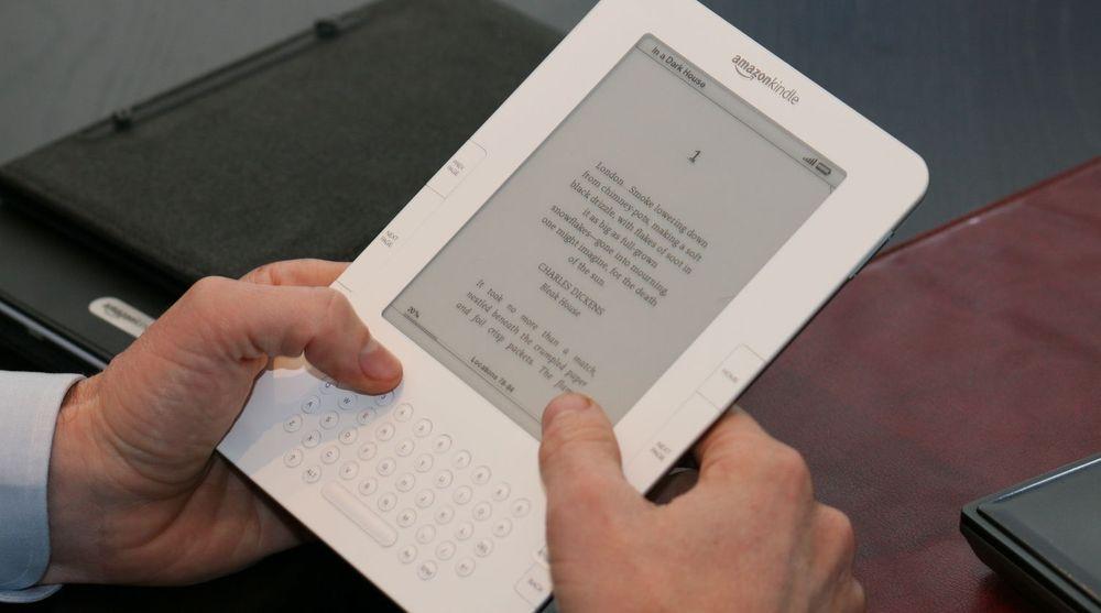 Amazon selger sitt lesebrett, Kindle, så billig at de taper per enhet. Bildet er fra en eldre versjon da denne ble presentert for det norske markedet i fjor.