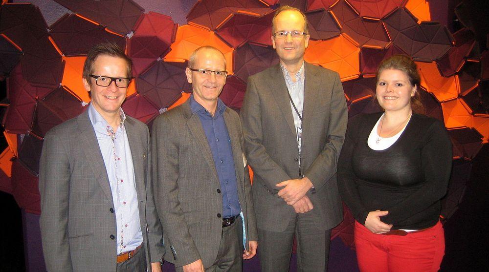 Ansvarlig bank og finans Arne Petter Omholt (tv) og administrerende direktør Bjart Kvarme i Basefarm har signert driftsavtale med konserndirektør IT Eivind Gjemdal og prosjektleder Nora Midtsund i SpareBank 1.