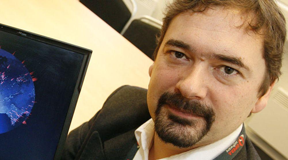 Utviklingsdirektør Christen Krogh og strategidirektør Rolf Assev vil bli savnet. - Det har gjort en kjempejobb i Opera, sier gründer Jon von Tetzchner, som selv forlot selskapet i sommer.