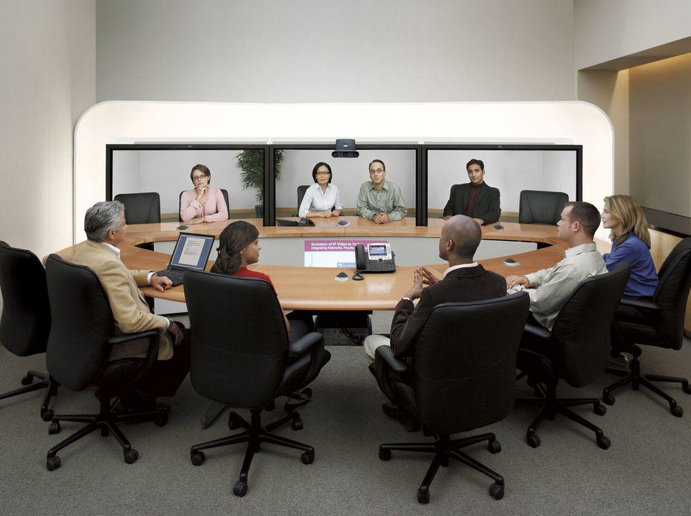 Cisco Telepresence 3000 omfatter belysning, kameraer, høyttalere og tre 65 tommers plasmaskjermer som hver kan vise to personer hver i naturlig størrelse. Man får en illusjon av å å være med på et møte med opptil 12 samtidige deltakere.