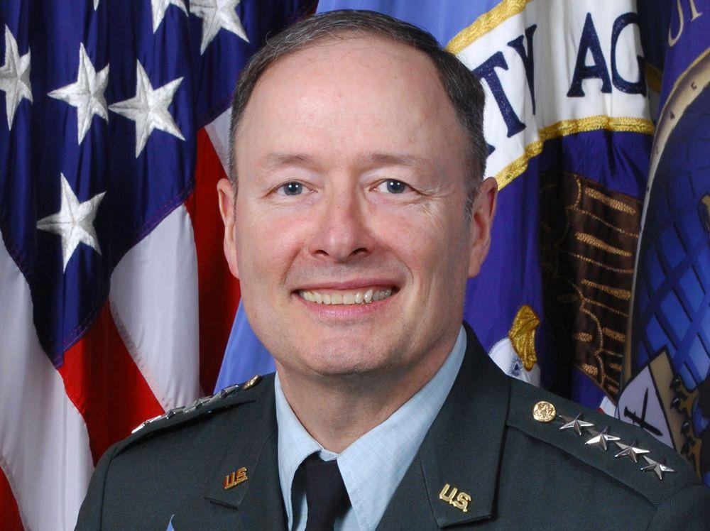 General Keith Alexander leder både Cyber Command og etterretningsorganisasjonen NSA (National Security Agency).