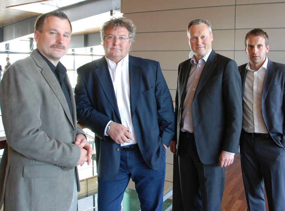 Fire fornøyde menn har undertegne en av Norges største pc-avtaler noen sinne, (fv) Jamie Sletten Edward og Terje Foyn Johannessen i Telenor, og Geir Erik Lian og Anders Lersveen i Lenovo Norge.