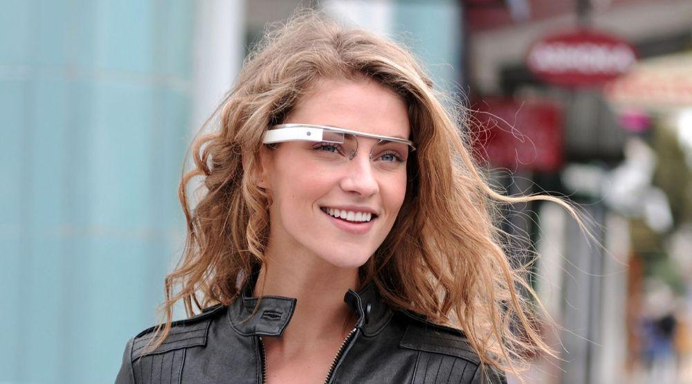 Googlebrillen består av en innfatning med datamaskin, trådløst nett og kamera. Funksjonsområdene utvides stadig. Et begrenset pilotprosjekt med tilgang til noen tusen utviklere starter i år, mens vanlige folk loves mulighet for å kjøpe brillen tidlig i 2014.