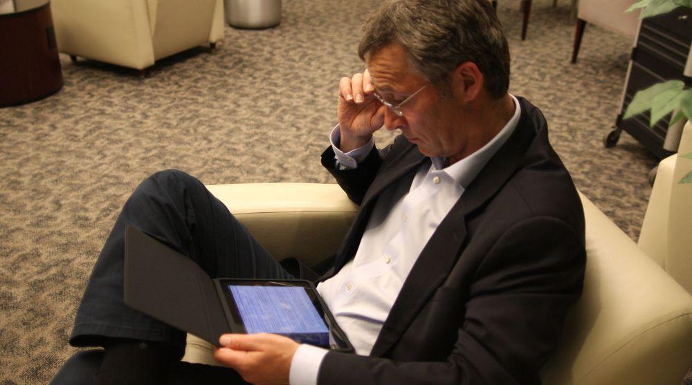 Statsminister Jens Stoltenberg har flere digitale hjelpemidler på jobb. På KSs landsting oppfordret han til samordning av arbeidet med digitale tjenester fra det offentlige.