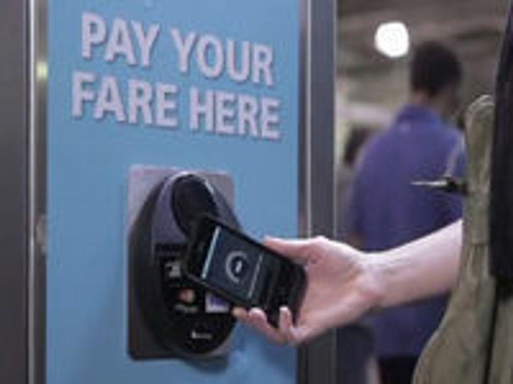 Bruk av NFC-basert betalingssystem for billetter.