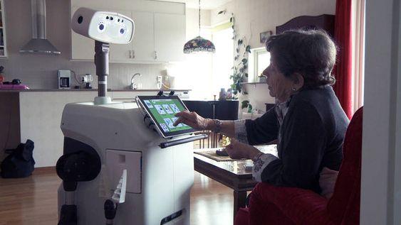 Ella Lundström, 89 år, samhandler med roboten Hobbit.
