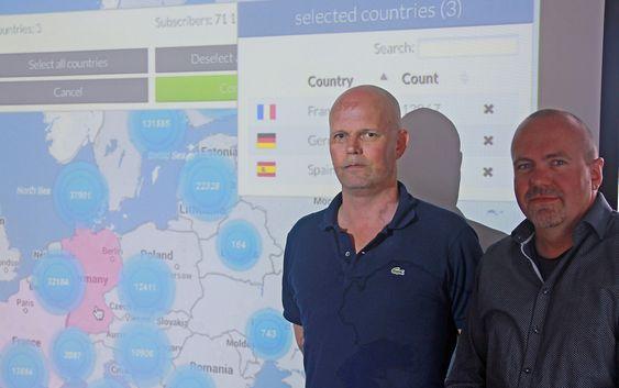 Administrerende direktør Espen Gylvik og produktsjef Håkon Straume viser fram løsningen for utenlandsvarsling, LBAS.
