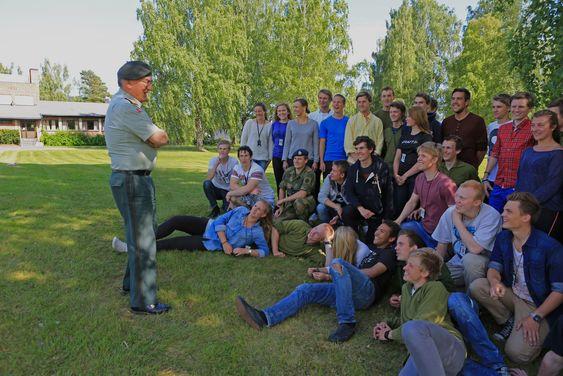 Sjefen for Cyberforsvaret i Norge, generalmajor Roar Sundseth foran årets kull av FIH-studenter. Kyberingeniør-studiene på Lillehammer er høyaktuelle blant norsk ungdom. Sundseth er spesielt glad for  at kvinneandelen ved årets opptak er på drøyt 22 prosent.