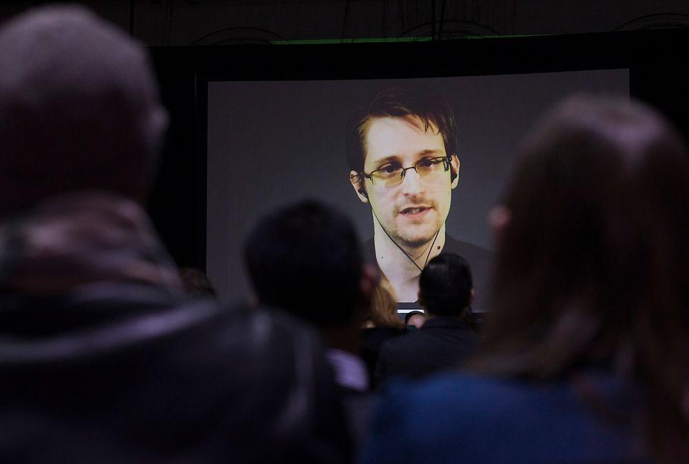 FÅR HAN KOMME TIL NORGE? Varsleren Edward Snowden får Bjørnsonprisen. I dette arkivbildet snakker den amerikanske varsleren via videoskjerm for en gruppe skoleelever i Canada i februar 2015.