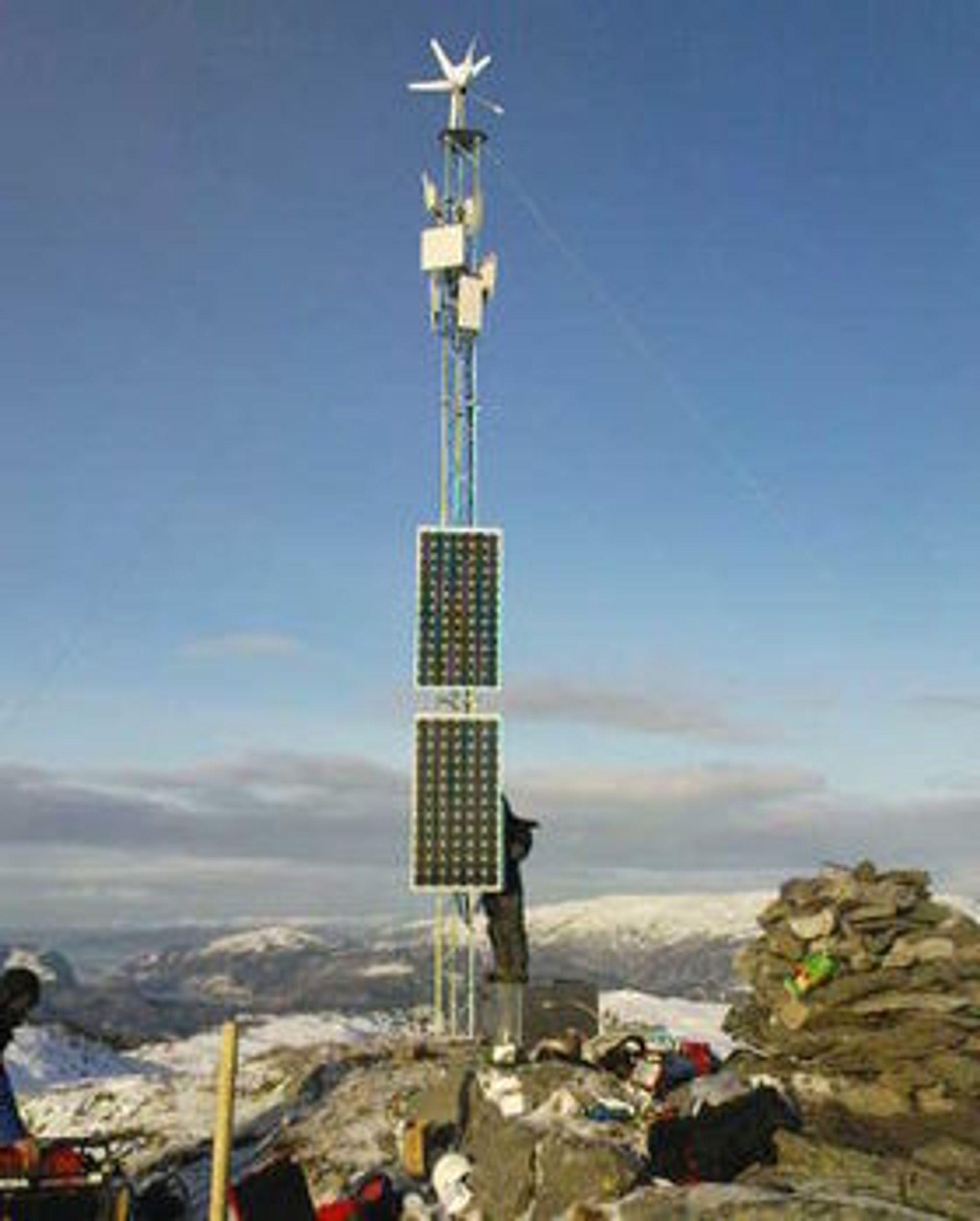 - Vår mast på Tveitafjellet er ganske spektakulær. Det er ikke strømkabler dit, så den drives av solcellepanel og vindmølle, sier Vidar Fineide i Direct Connect.