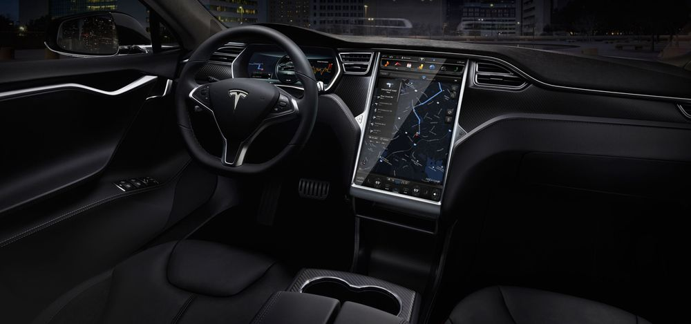 Avanserte infotainment-systemer i biler utgjør en potensiell sikkerhetsrisiko. Spesielt gjelder dette systemer som kommunisere med omverdenen via mobilnett eller Wi-Fi. Bildet viser interiøret i en Tesla Model S, som også omtales i saken.