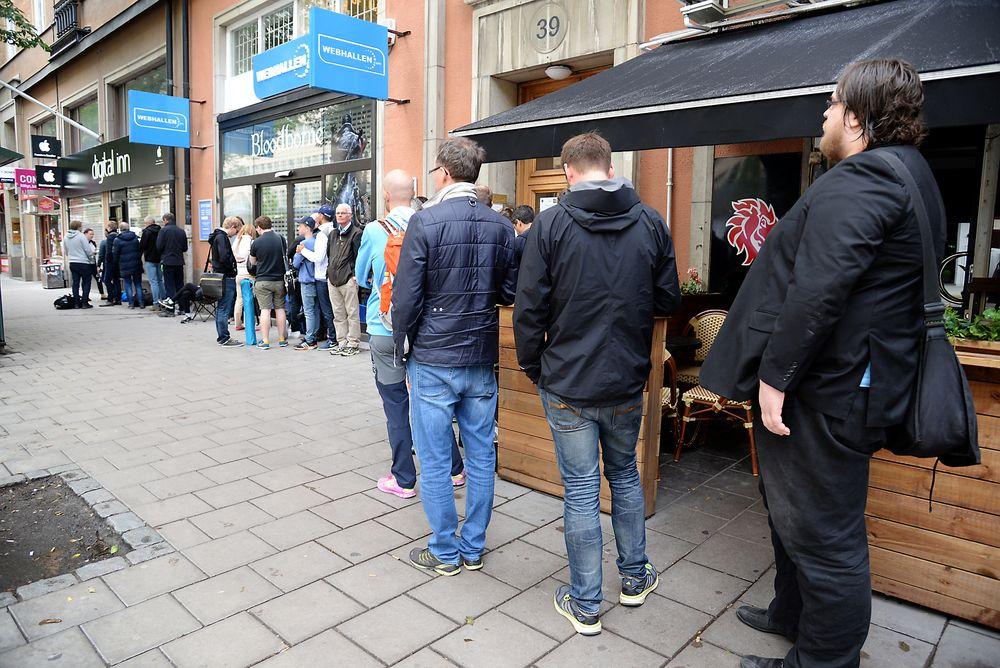 Kø ved en butikk på Sveavägen i Stockholm før salget starter av «Apple Watch» i Sverige.