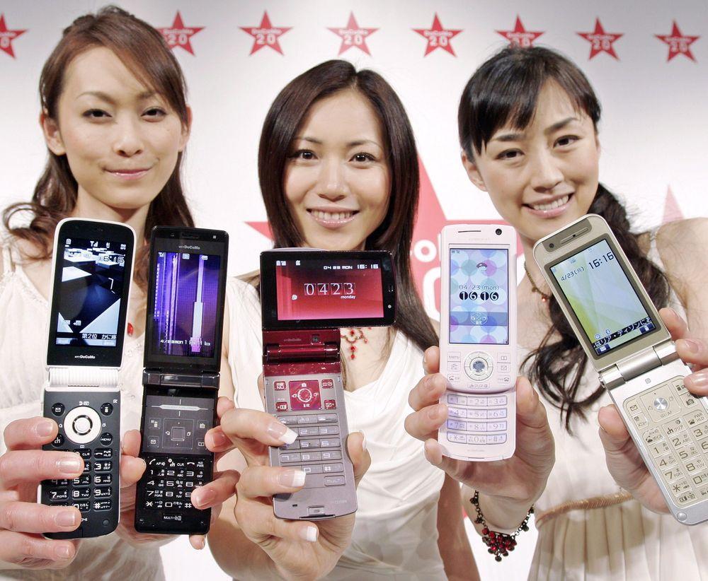 Særegen smak: Japanere foretrekker japanske produkter. Nå øker også salget av såkalte klapptelefoner. Bildet er av eldre årgang og viser modeller fra Nec, Sharp, Fujitsu, Mitsubishi Electric og Matsushita Electric.